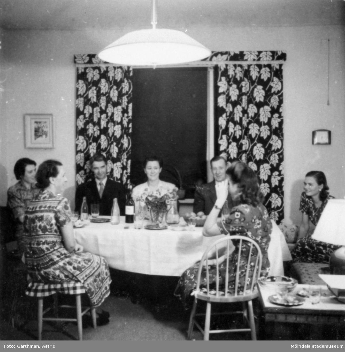Morfar Anders Viktor Karlsson med sina syskon och kusiner samt respektive som har fest. Göteborg, 1940-tal.