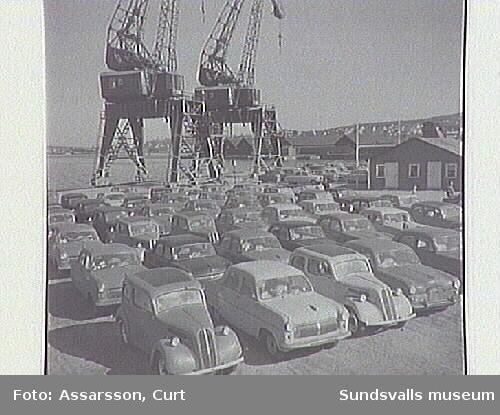 Sundsvalls hamn med lyftkranar.