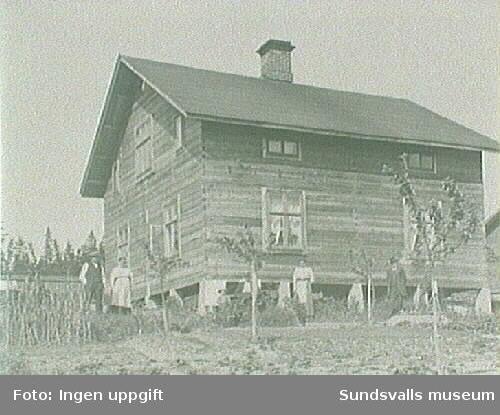 Familjen Pettersson bostad. Fr.v.Gustav och Maria Gäfvert, Halvar, Helmer och Hildur Pettersson, Ferdinand Gäfvert.