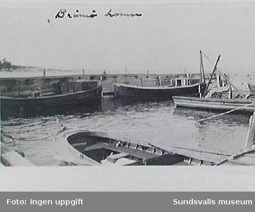 T h dykarpråm med vinsch i Brämö hamn, Njurunda. Dykarpråmen är en ombyggd alnöfärja.
