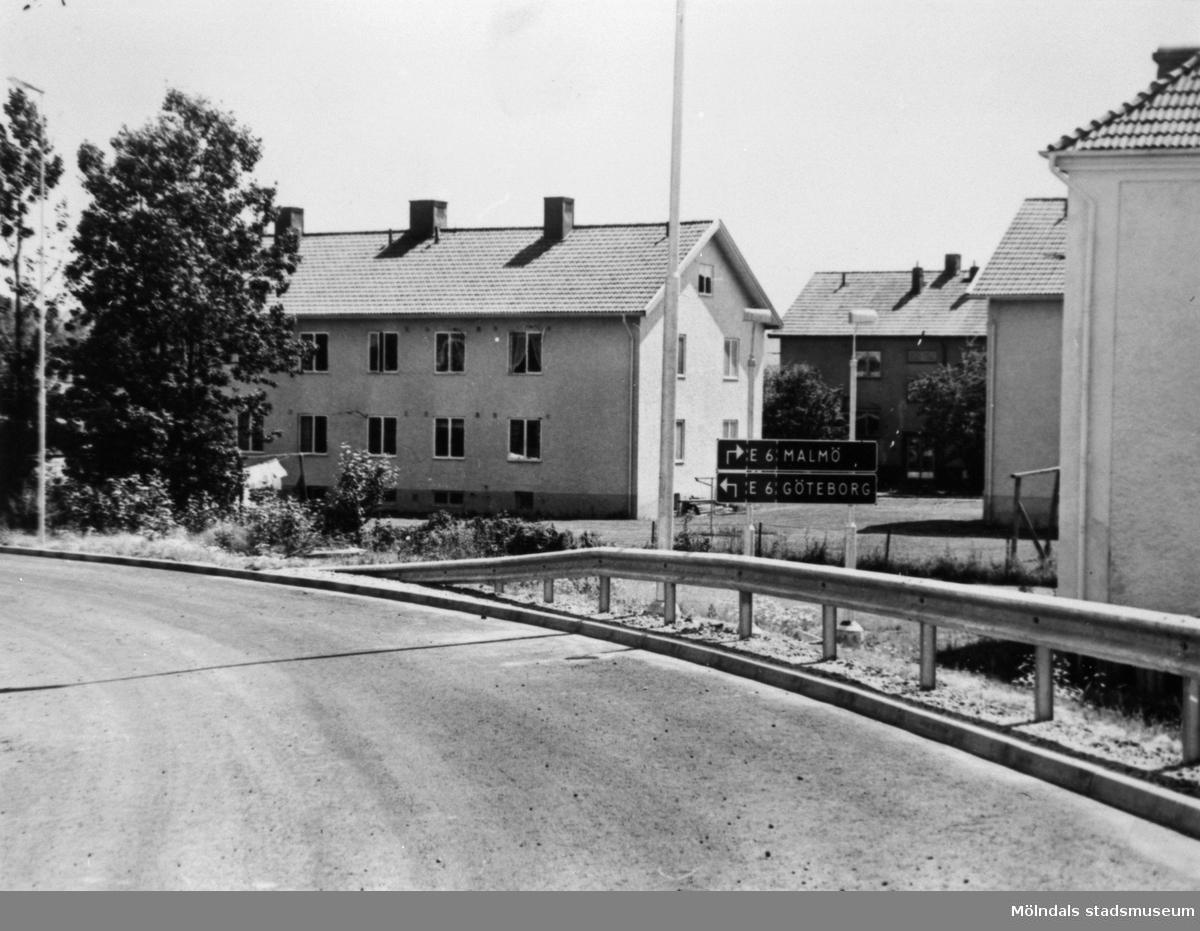 Vy från Mölndals bro under byggtiden, år 1975. Man ser en del av nedfarten från viadukten till Gamla Kungsbackavägen. I bakgrunden ses Åbybergsgatan 4-6.