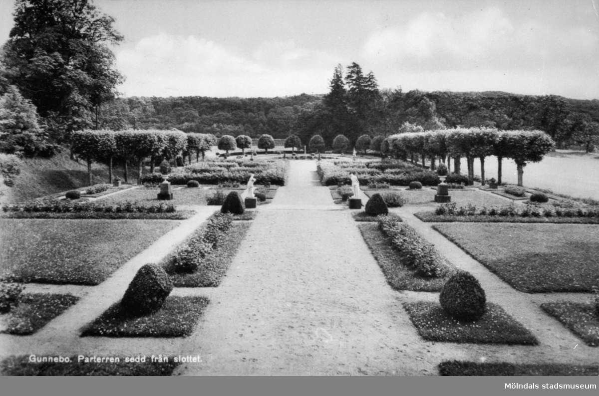 """Vykort """"Gunnebo. Parterren sedd från slottet."""", 1930-tal."""