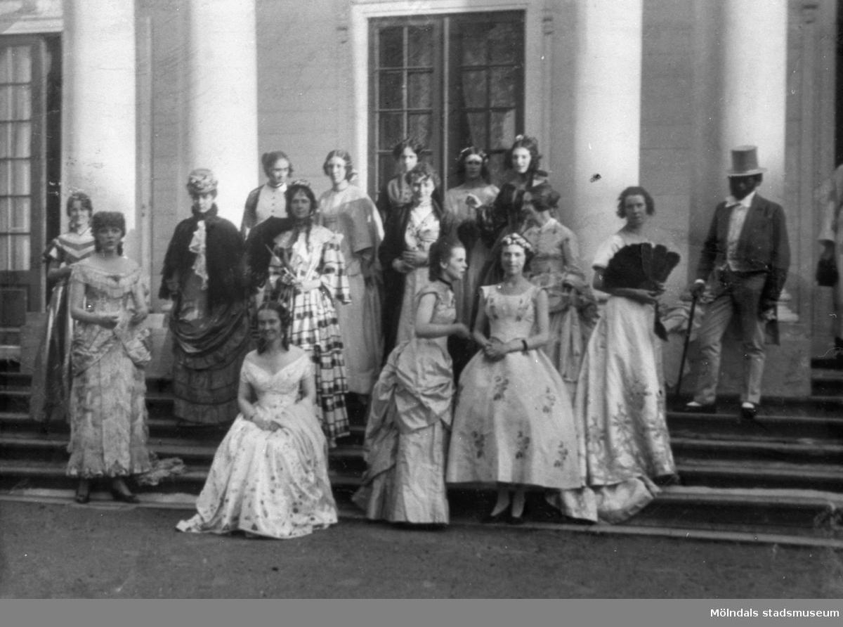 Drägt - Revy från 1800-1885. Museiförbundets gardenparty 7 juli 1923.