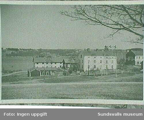 Samma bostadshus som bild 93:381,03. Det lilla vita huset t v i bild var smedja.