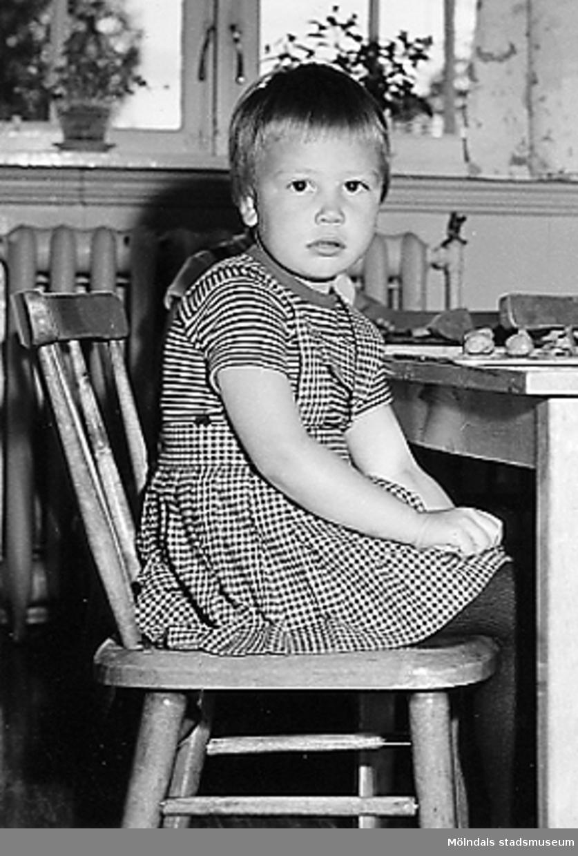 En flicka som sitter på en stol vid Holtermanska daghemmet 1953.