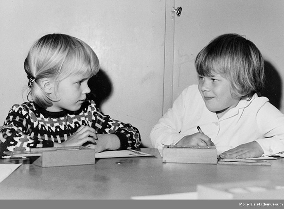 Två barn som sitter och ritar. Holtermanska daghemmet 1953.