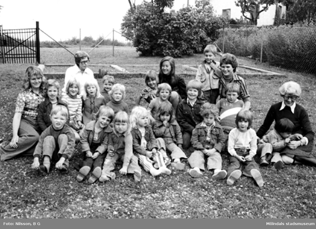 En grupp barn med fem fröknar. Holtermanska daghemmet juni 1973.