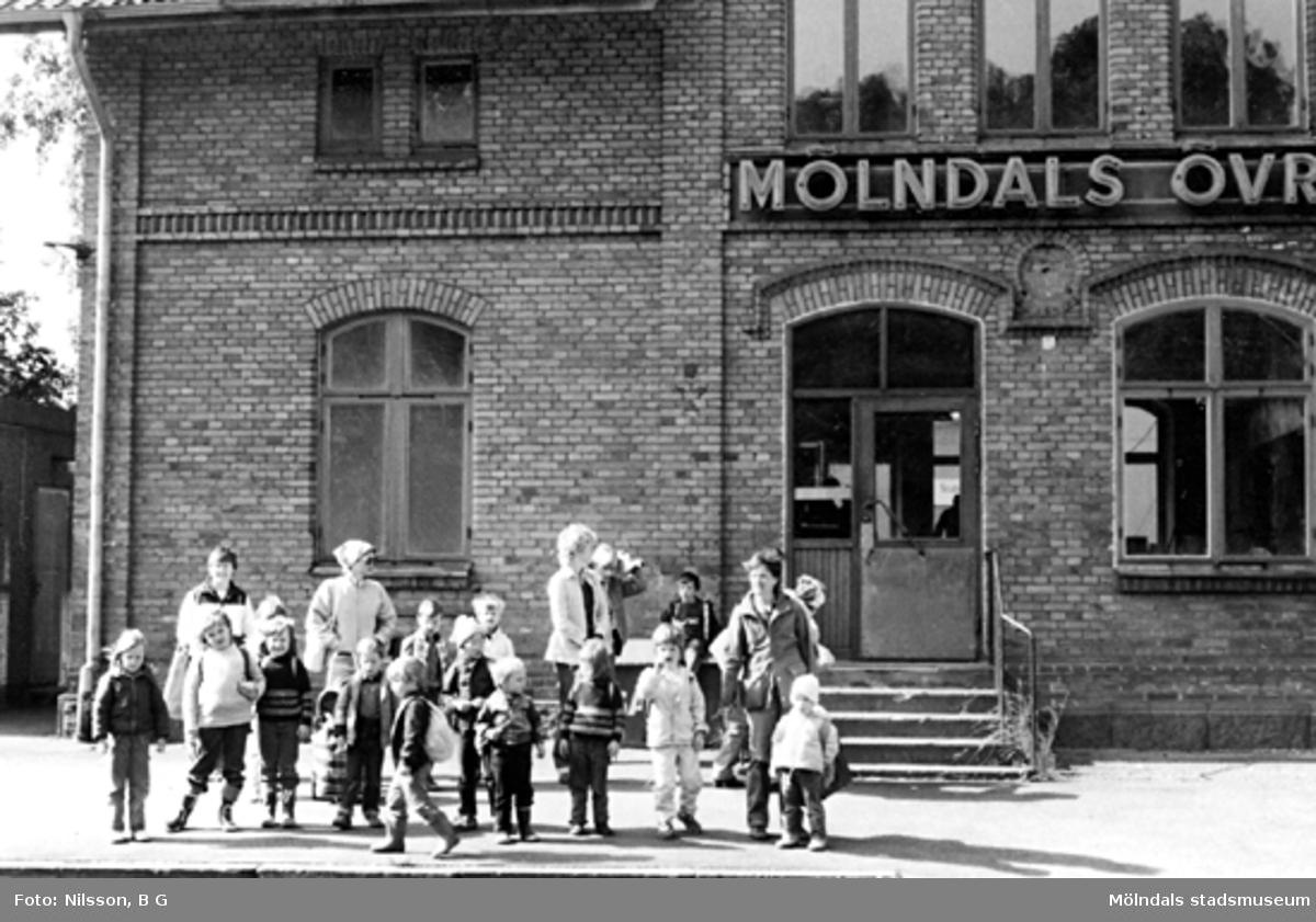 En grupp barn med fröknar från Holtermanska daghemmet, vid Mölndals övre 1973.