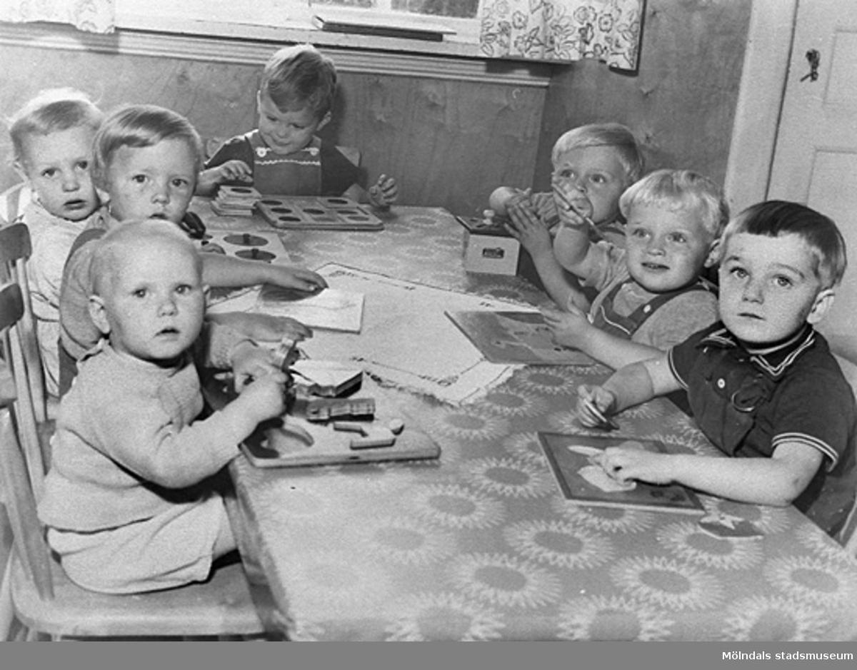 Små barn som lägger pussel vid Holtermanska daghemmet, 1940-tal.