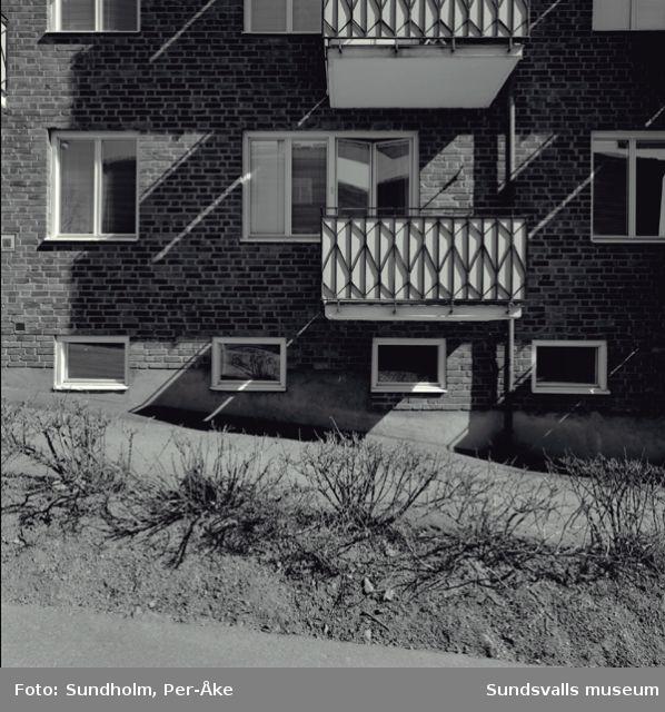 Inventering av 1940-och 50-talsområden utförd av Inger Söderholm, 1997.  Västergatan 20 och 22.Byggår: 1950. Arkitekt: Gunnar Wejke och Kjell Ödeen.