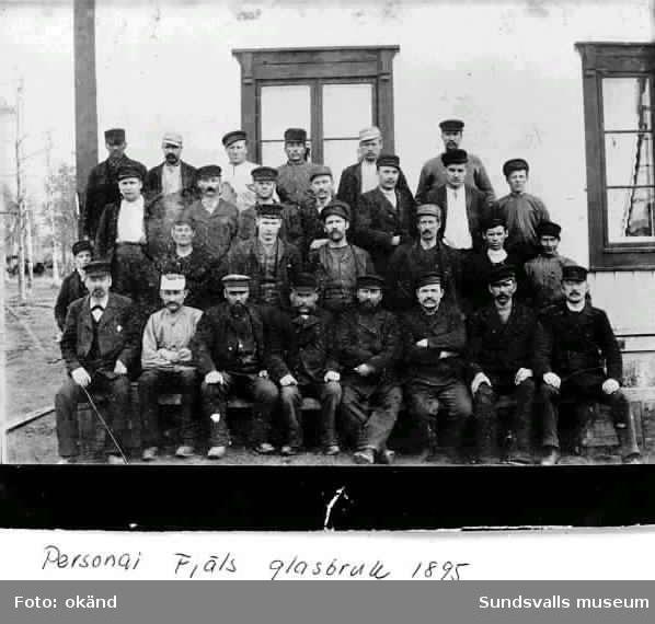 Personal vid Fjäls glasbruk. I främre raden från vänster längst ut sitter brukspatron J F Gauffin.