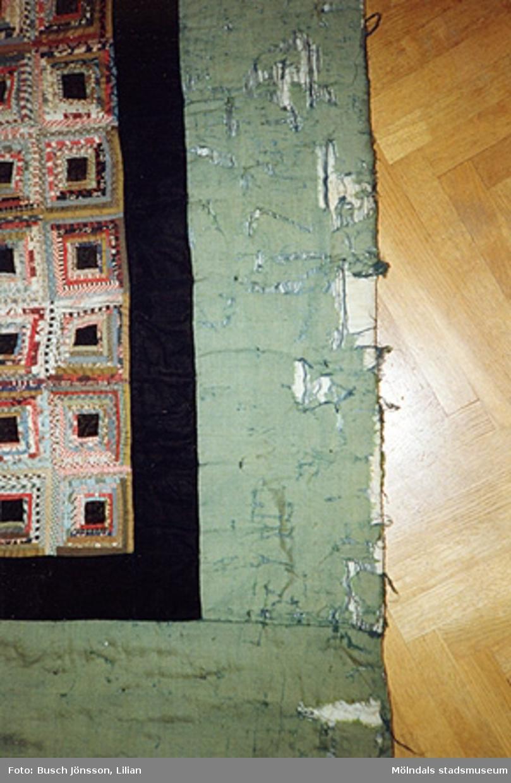"""Mölndals museum hade en lapptäcksutställning 1993. Bilden av """"Vikingatäcket"""" lämnades till museet tillsammans med ett brev som nu finns i arkivet."""