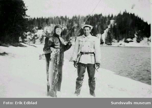 Okänd och Kalle Mattsson vid Viforsen. Den okände har fått upp en lax vägande nio kilo.