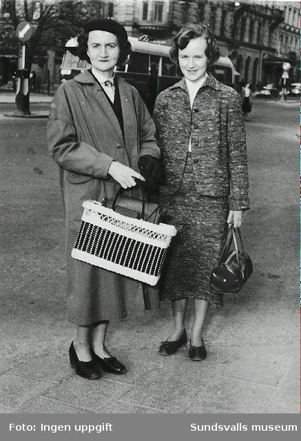 Britt-Marie Lundström och hennes mor Gulli Hallberg t.v. på Stora torget med Storgatan i bakgrunden, juni 1956.