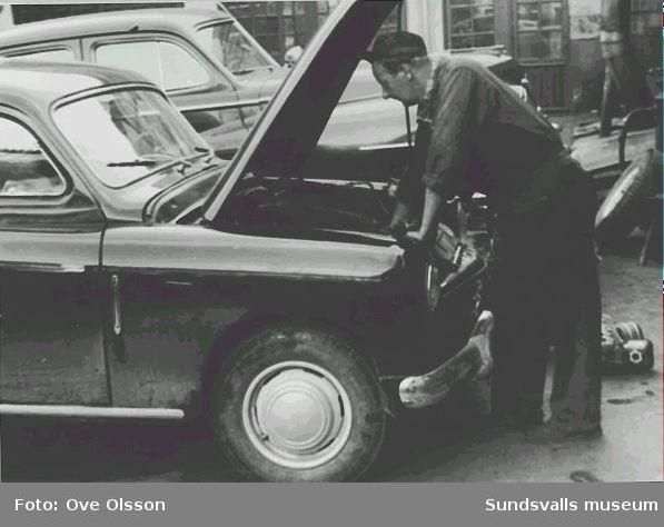 """Text: """"Odna bilen - om den saken skulle behövas - gör Gunnar Malm och hans många kollegor"""". Interiör från bilverkstad."""