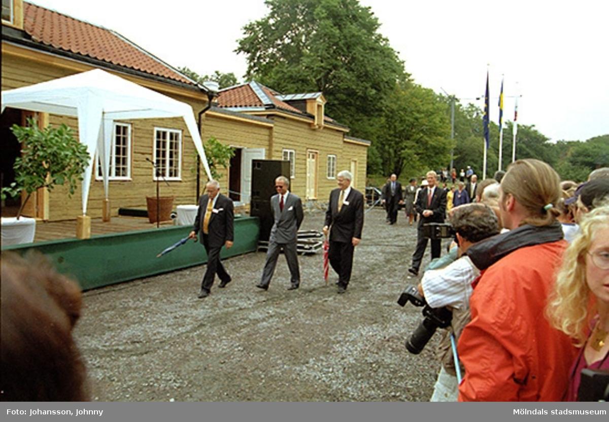 Från vänster går Bengt Odlöw, kung Carl XVI Gustaf och Kaj Johansson utanför Tjenstefolksbostaden - kafé och konferenslokal.