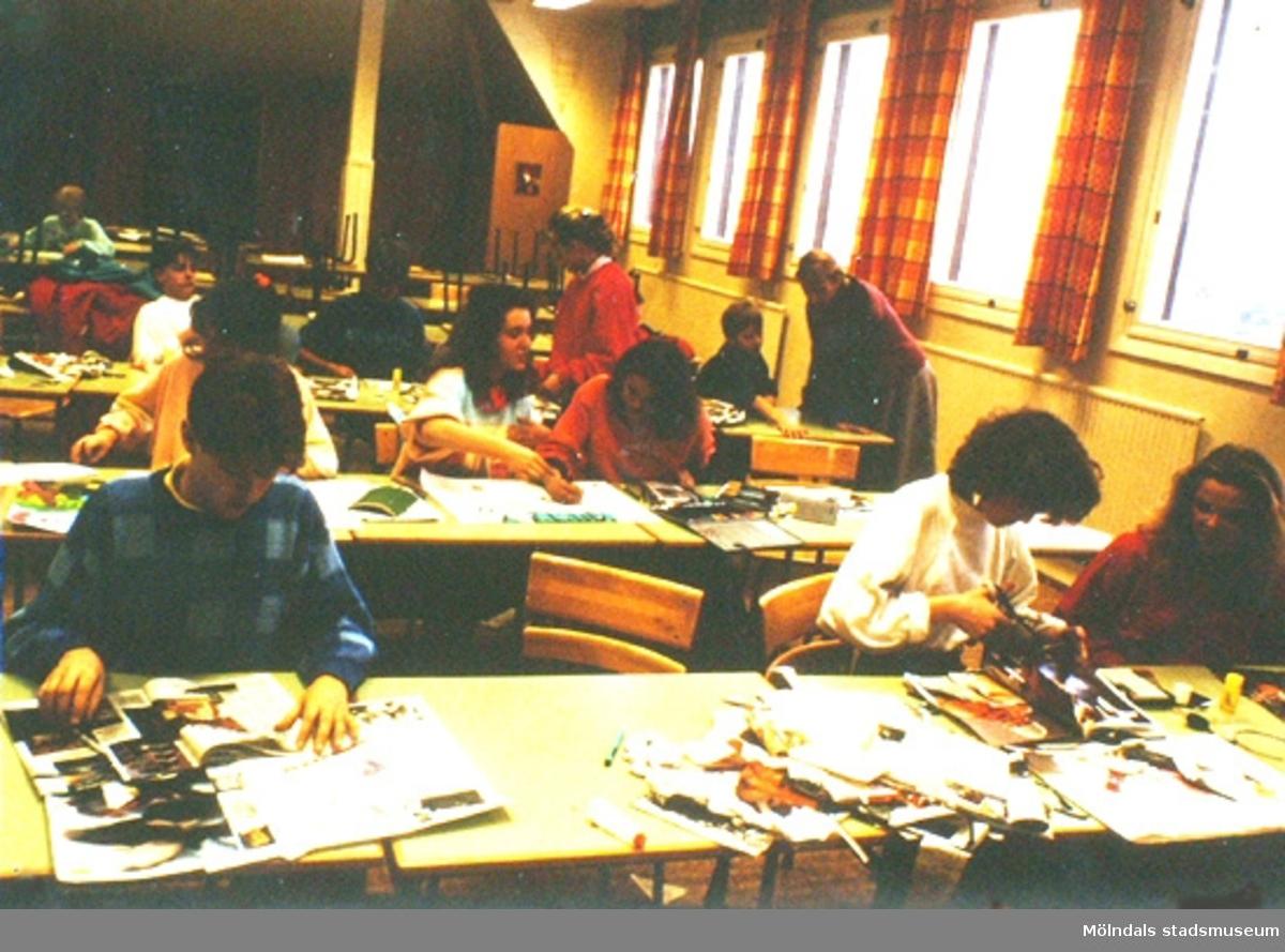 Elever har bildlektion i ett klassrum på Kvarnbyskolan.