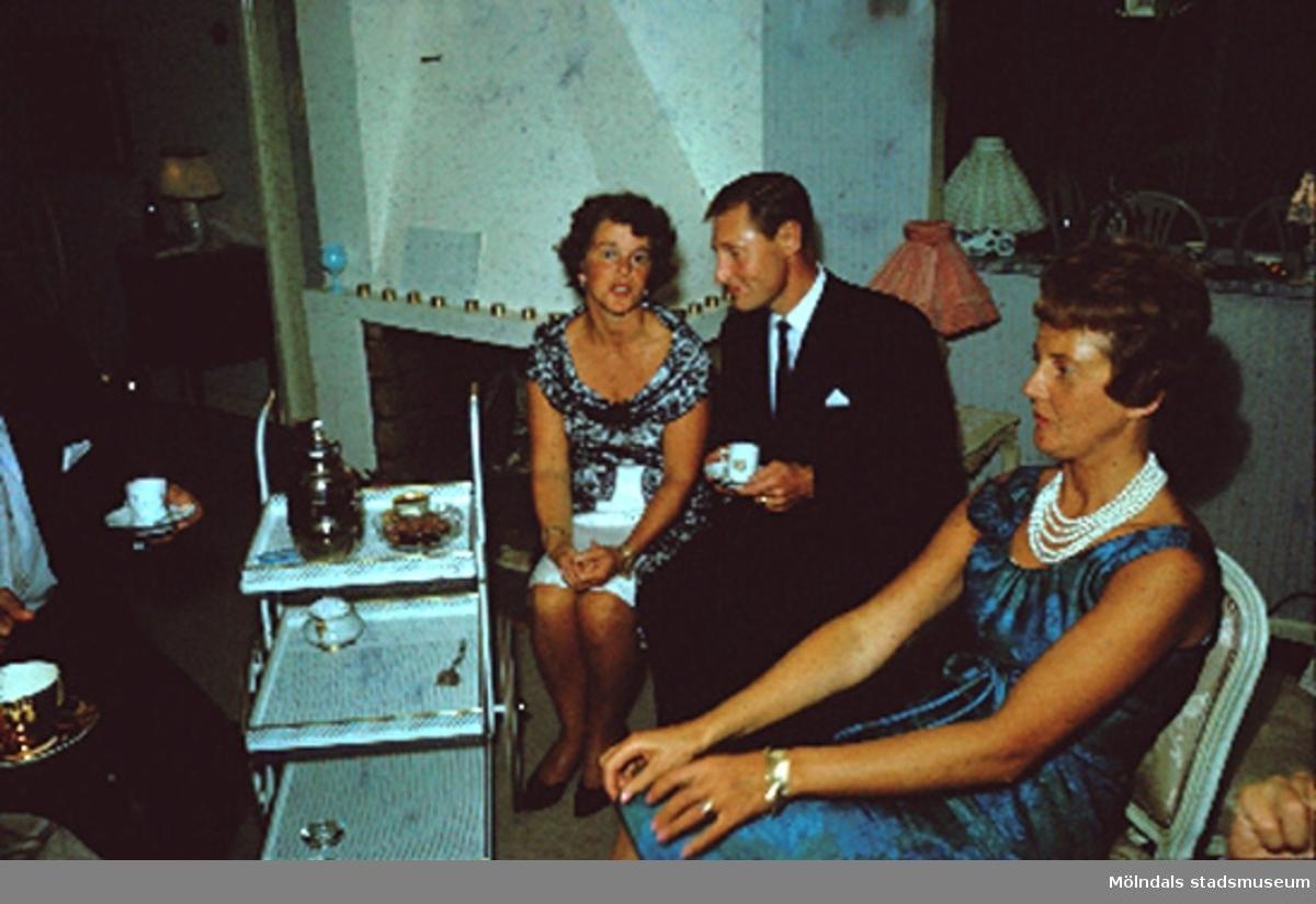 Margit Wannerberg (till vänster), okänd man samt hennes syster på kalas i Pixbo. Efter 1958.