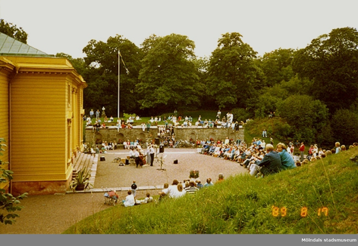 Konsert för publiken utanför slottet.