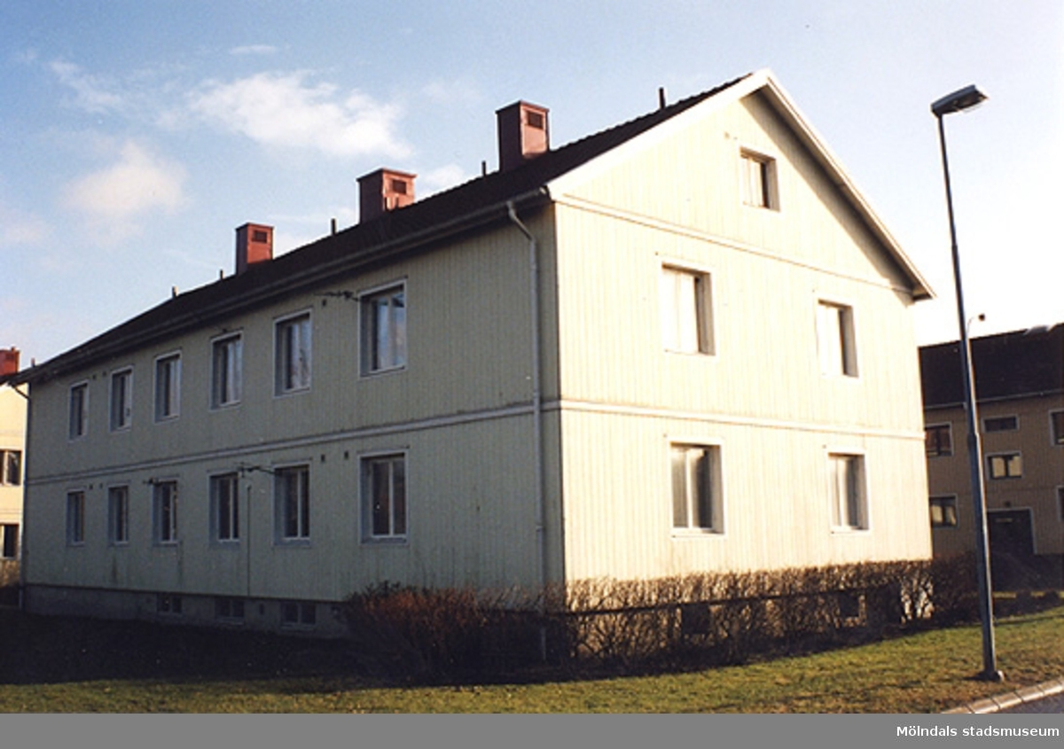 Bostadshus i Åby, mot Scandic hotells uppbyggnad, januari - februari 1999.