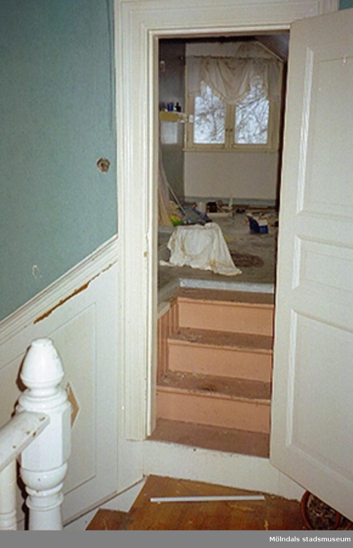 Dörröppning till badrum i bostadshus. Byggnadsdetaljer: Dörr och trappsteg.