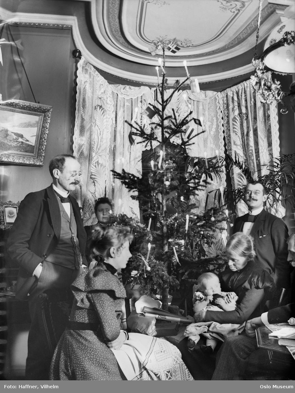 bolig, interiør, stue, julefeiring, juletre, menn, kvinner, barn