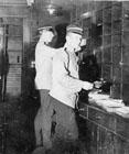 Till vänster Gustaf A. Roos (7.7.1880 - 21.9.1965) sedermera postmästare Stockholm 18. pkp 89 (eller pkp 7).