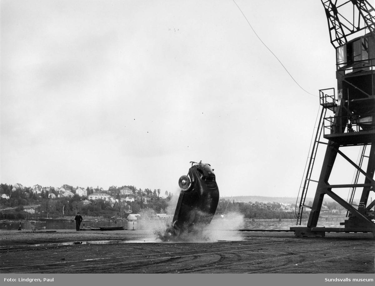 Bilnedsläpp i hamnen.