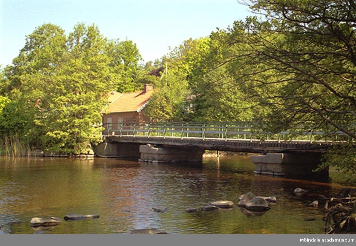"""Vy från väster på Elcentralen """"Pumphuset"""" vid Gunnebo bro. Fotograferad 1998-05-29 i samband med att Elcentralen skulle rivas till 80 %."""