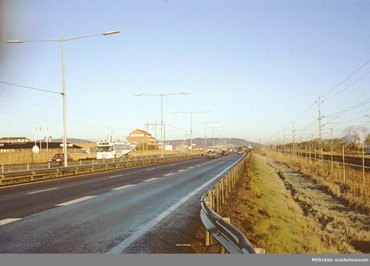 Till vänster ses Astra Hässle (röd, hög byggnad) i Åbro industriområde. Till höger ses järnvägsspår (Östersundsbanan samt för pendeltåg), oktober 1993.