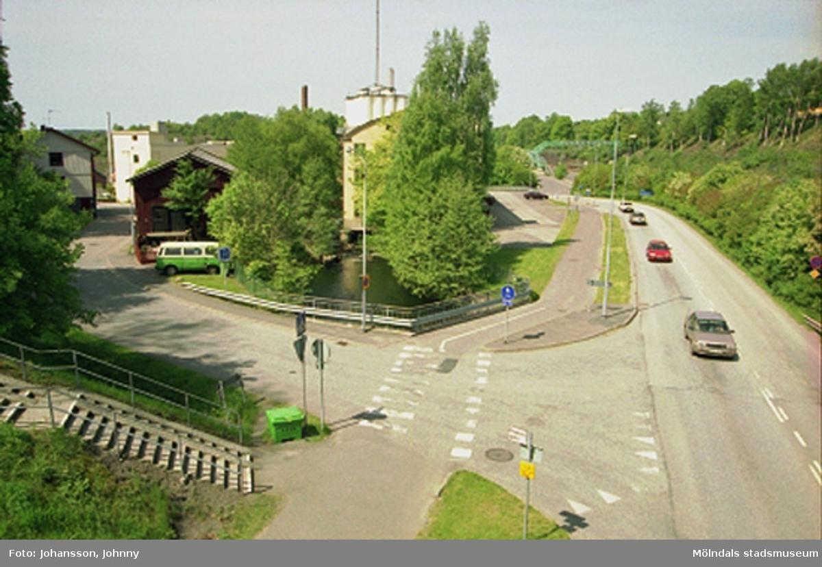 """Vy från Stensjögatans bro, över forsen och på f.d strumpfabriken """"Strumpan"""" (efter Viktor Samuelsons fabrik), år 2000. Royens gata går in till vänster, Kvarnbygatan passerar till höger och i bakgrundens mitt skymtar Soabs silotorn."""