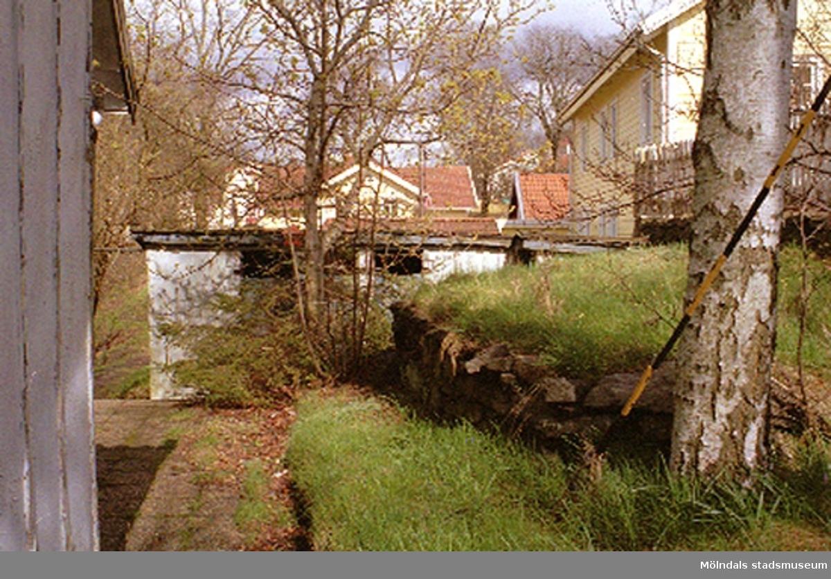 Ett bostadshus med uthus.Roten M 31, Korndal 7, Kvarnbyn 1999.