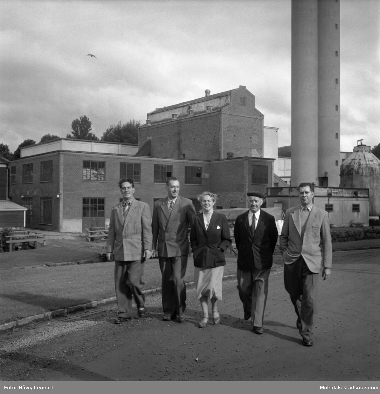Papyrus trädgårdsmästare Aug. Andersson med familj. Papyrus i Mölndal, 16/9 1955.