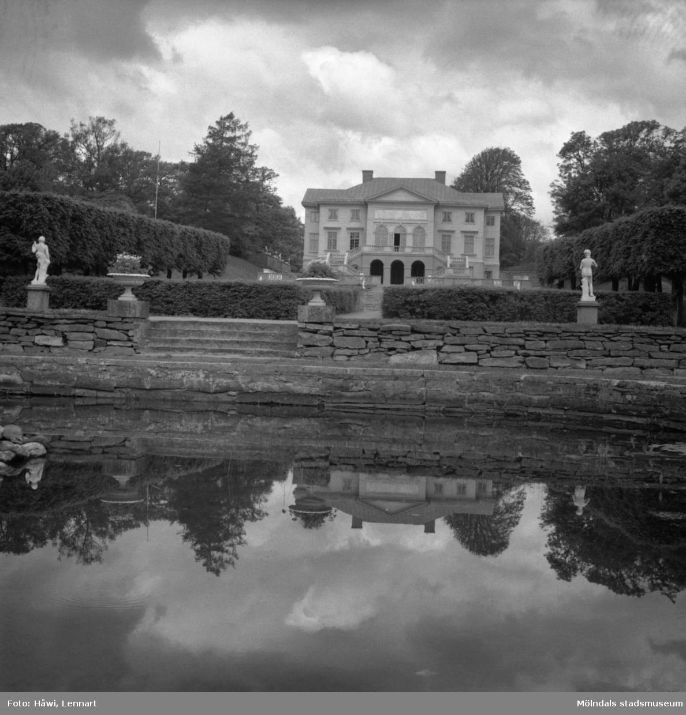 Gunnebo slott sett från slottsparken. Mölndal, 21/6 1956.