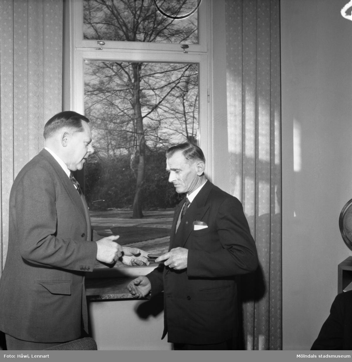 AB Mölndal, utdelning av minnesgåvan 1958. Papyrus i Mölndal, 21/1 1958.