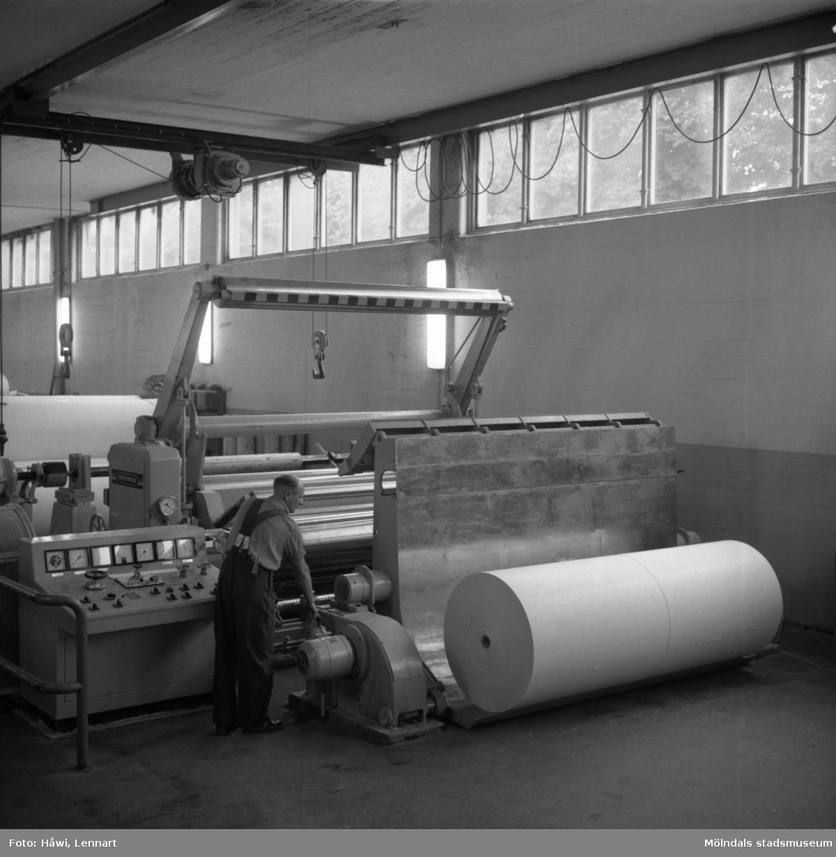 Man i arbete vid rullstol nr 10, kartong, på Papyrus i Mölndal, 30/8 1962.