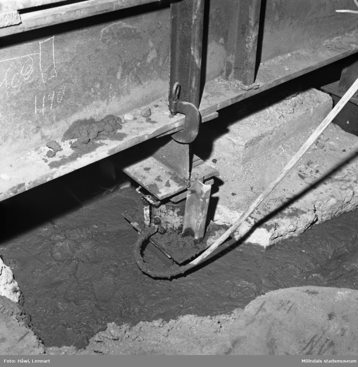 Byggnad 19 på Papyrus i Mölndal, 16/7 1966. Förstärkning av bjälklag genom megapålning.