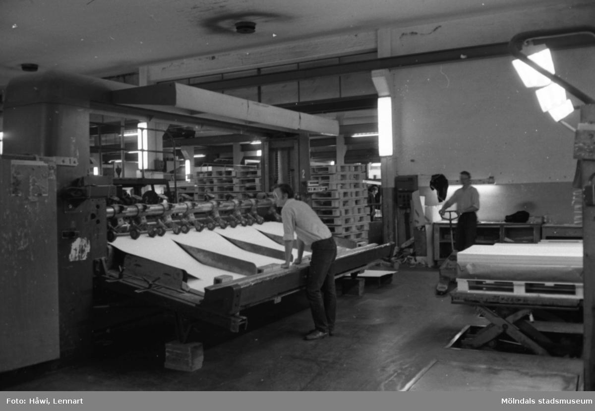 Män i arbete vid maskin, KM 2. Byggnad 6. Papyrus, hösten 1970.