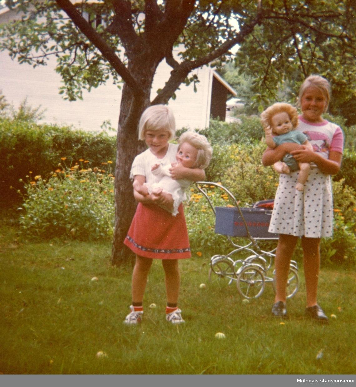 Christine med sin syster Ingela i mormor och morfars trädgård på Kryssgatan i Mölndal, augusti 1976.