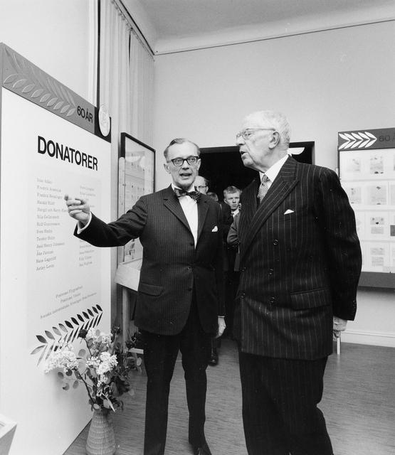 Jubileumshedersgäst var dåvarande kung Gustaf VI Adolf. Museichefen Gilbert Svensson guidar kungen i utställningen.