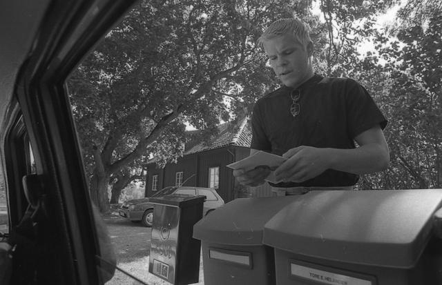 Lantbrevbärare Reinhold Andersson i trakten av Valdemarsvik lämnar post till Carl Magnus Beve från sin postbil.