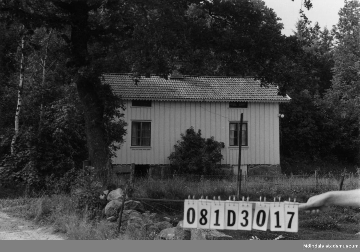 Byggnadsinventering i Lindome 1968. Greggered 1:9. Hus nr: 081D3017. Benämning: permanent bostad, två ladugårdar och stall. Kvalitet, bostadshus: god. Kvalitet, stall: mindre god. Kvalitet, ladugårdar: mindre god, dålig. Material: trä. Tillfartsväg: framkomlig.