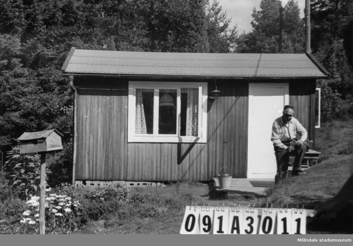 Byggnadsinventering i Lindome 1968. Hällesåker 5:22. Hus nr: 091A3011. Benämning: fritidshus och redskapsbod. Kvalitet: mindre god. Material: trä. Tillfartsväg: framkomlig. Renhållning: soptömning.