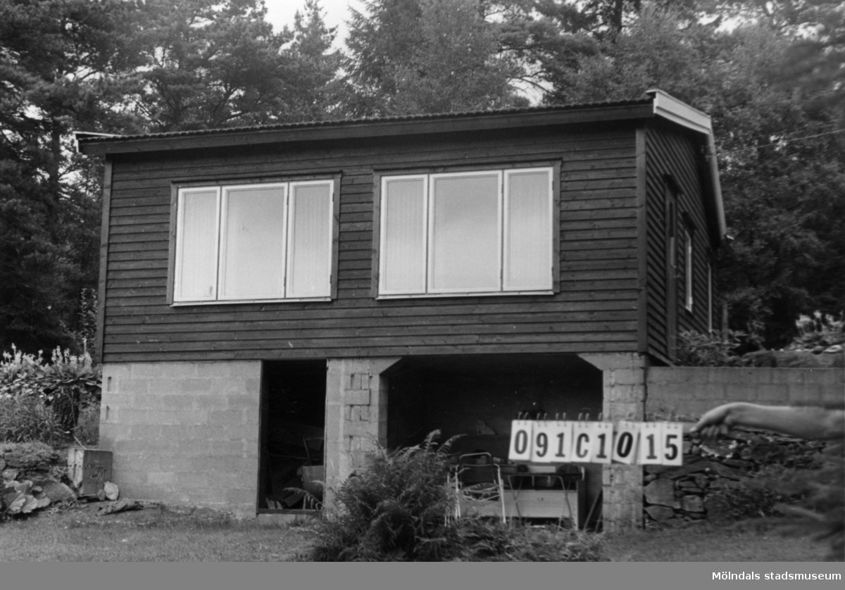 Byggnadsinventering i Lindome 1968. Ranered 1:39. Hus nr: 091C1015. Benämning: fritidshus, gäststuga och redskapsbod. Kvalitet, fritidshus: mycket god. Kvalitet, gäststuga och redskapsbod: mindre god. Material, fritidshus och gäststuga: trä. Material, redskapsbod: trä, masonit. Tillfartsväg: ej framkomlig.