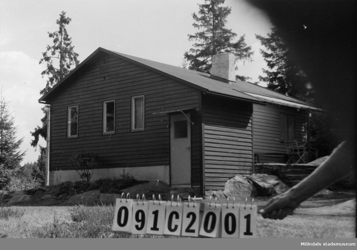 Byggnadsinventering i Lindome 1968. Dvärred 3:27. Hus nr: 091C2001. Benämning: fritidshus. Kvalitet: god. Material: trä. Tillfartsväg: ej framkomlig. Renhållning: ej soptömning.