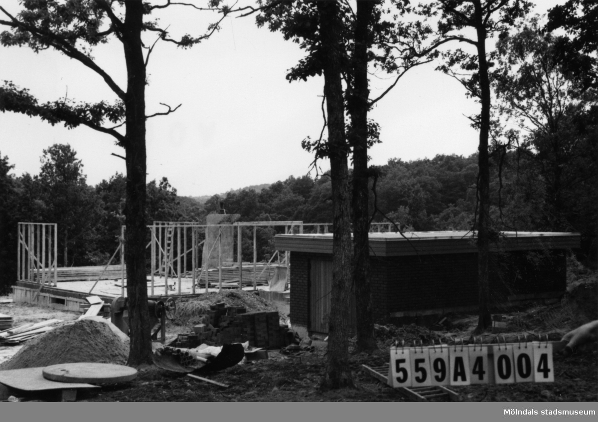Byggnadsinventering i Lindome 1968. Högsered 1:19. Hus nr: 559A4004. Benämning: permanent bostad och garage. Kvalitet, garage: mycket god. Material, garage: trä. Övrigt: bara reglar resta. Tillfartsväg: framkomlig.