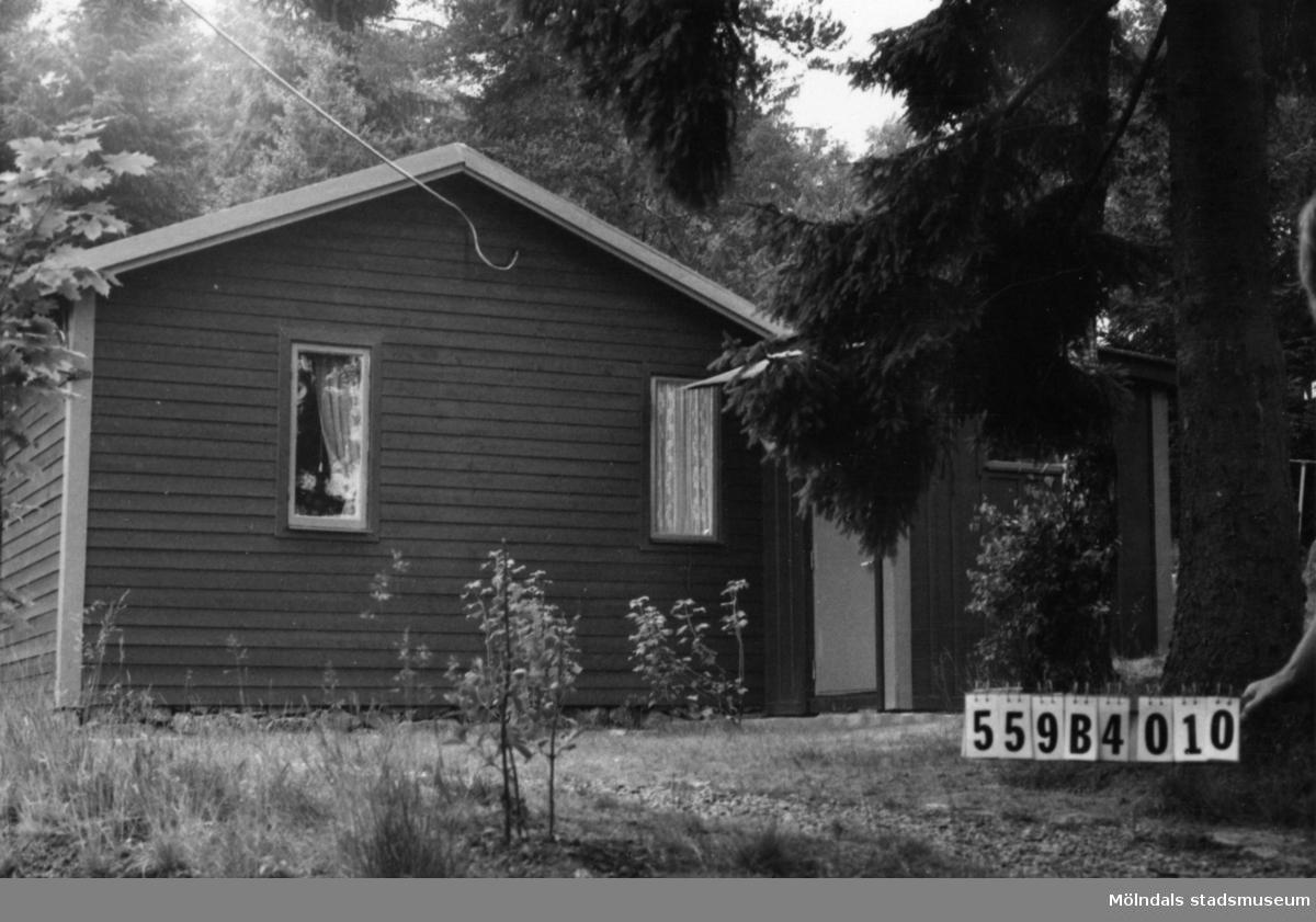 Byggnadsinventering i Lindome 1968. Torkelsbohög 1:23. Hus nr: 559B4010. Benämning: fritidshus och redskapsbod. Kvalitet: god. Material: trä. Tillfartsväg: framkomlig.