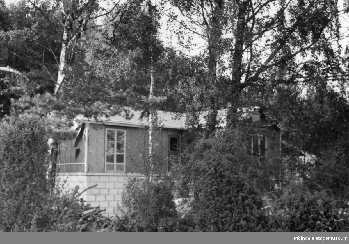 Byggnadsinventering i Lindome 1968. Gastorp. Hus nr: 559C4032. Benämning: fritidshus. Kvalitet: mycket god. Material: trä. Övrigt: under byggnad. Tillfartsväg: framkomlig.