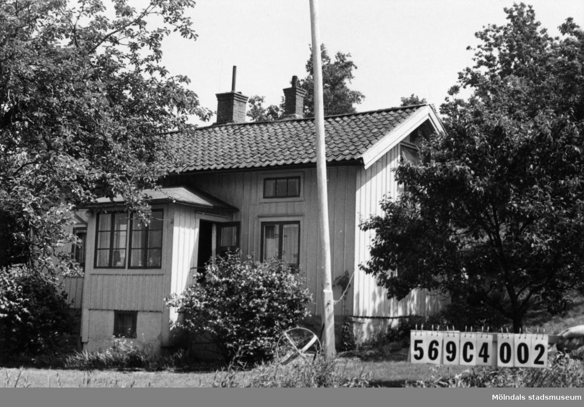 Byggnadsinventering i Lindome 1968. Berget 1:27. Hus nr: 569C4002. Benämning: permanent bostad och redskapsbod. Kvalitet, bostadshus: god. Kvalitet, redskapsbod: mindre god. Material: trä. Tillfartsväg: framkomlig.