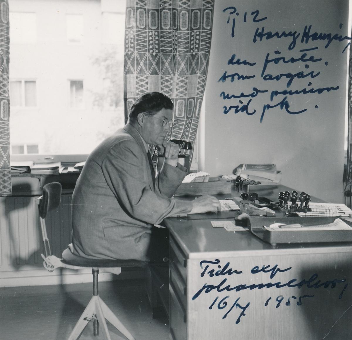 Interiörsbild med motiv Tidningsexpeditionen Johanneshov 1, 1955. På stolen sitter Nils Axel Harry Hanzén.